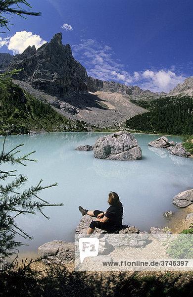 Wanderin am Lago del Sorapis  Cortina d'Ampezzo  Ampezzaner Dolomiten  Italien  Europa