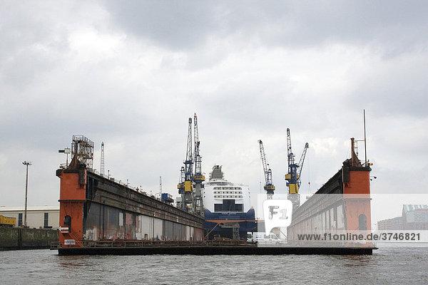 Hafen mit Schwimmdock  im hinteren Dock der Luxuslliner Color Fantasy zur Renovierung  Hamburg  Deutschland  Europa