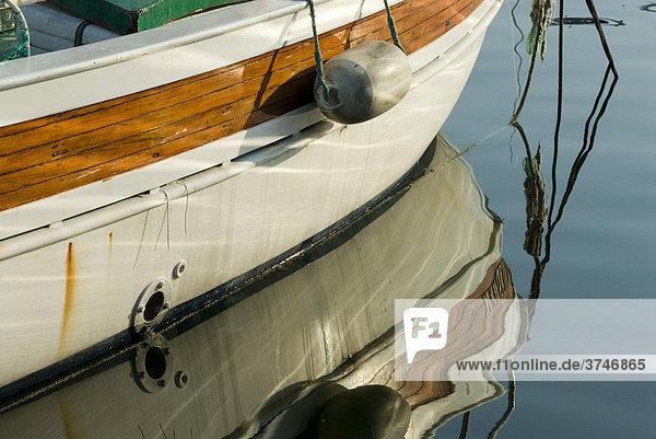 Boot mit Spiegelung im Hafen von Marseille  Bouches-du-Rhone  Frankreich  Europa