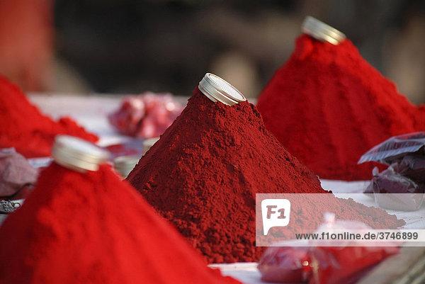 Rotes Kum Kum Pulver  Ram Devra Pilgerfest  Ramdevra  Pokaran  Rajasthan  Nordindien  Indien  Asien