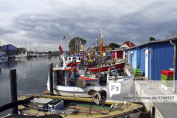 Fischereischiffe  Fischerboote und Segelyachten im Niendorfer Hafen  Ostseebad Timmendorfer Strand Ortsteil Niendorf  Schleswig-Holstein  Ostsee  Deutschland  Europa