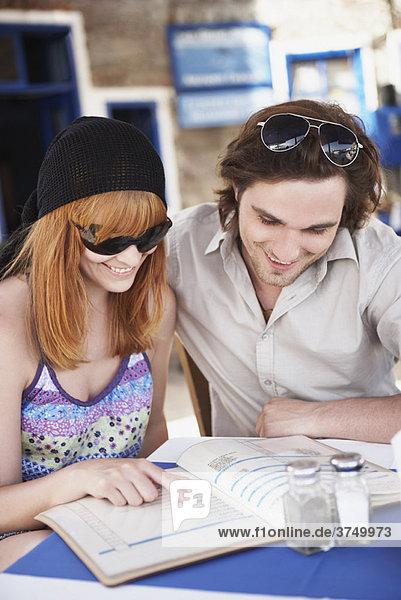 Junges Paar auf der Speisekarte