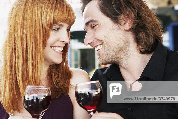 Junges Paar  das anstößt