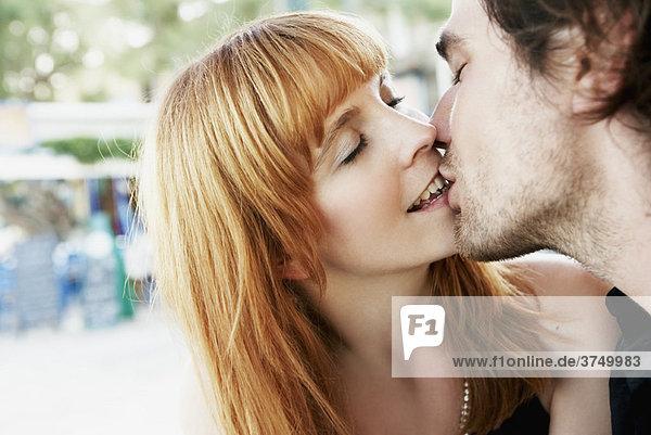 Junges Paar küssen