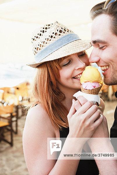 Junges Paar beim Eis essen