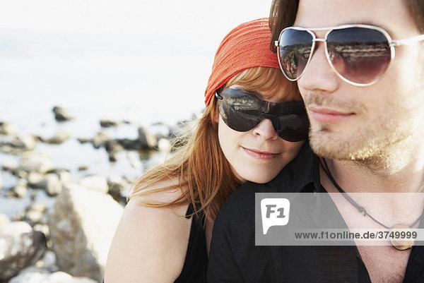 Frau lehnt den Kopf auf die Schulter des Mannes