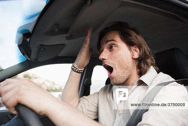 Mann mit Stress im Verkehr