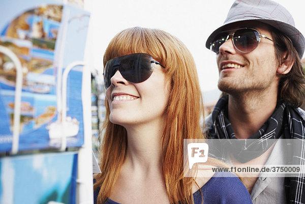 Paar schaut sich Postkarten an