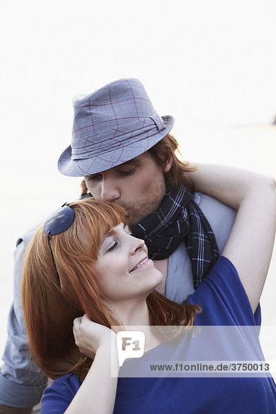 Mann küsst Frau zum Brauen