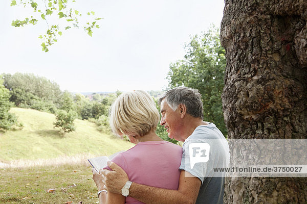 Reife Paare lesen Buch im Park