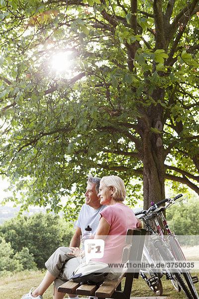 Paar mit Pause auf der Bank im Park