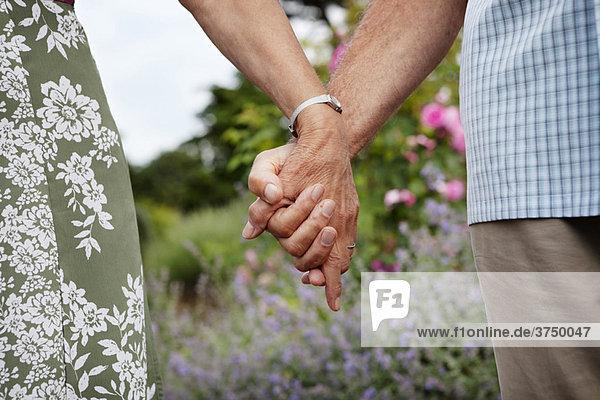 Nahaufnahme eines reifen Paares  das Händchen hält Nahaufnahme eines reifen Paares, das Händchen hält