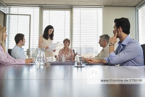Gruppe von Personen in der Konferenzsitzung