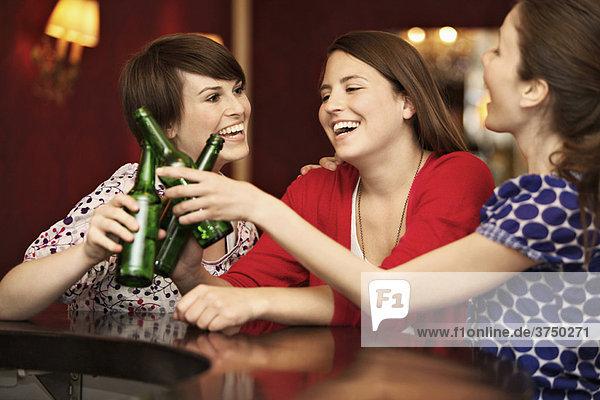 Freunde in einer Bar / Restaurant