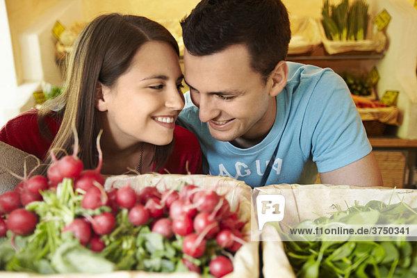 Junge Leute  die Obst und Gemüse kaufen