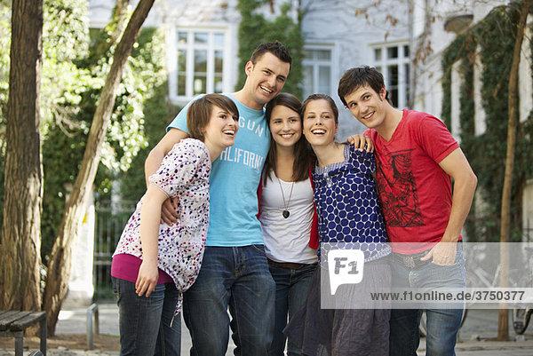 Energetische Gruppe von Jugendlichen