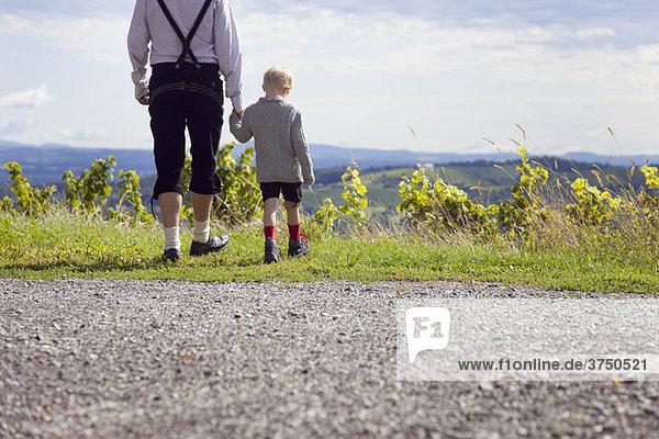 Mann und Junge wandern im Vorgebirge