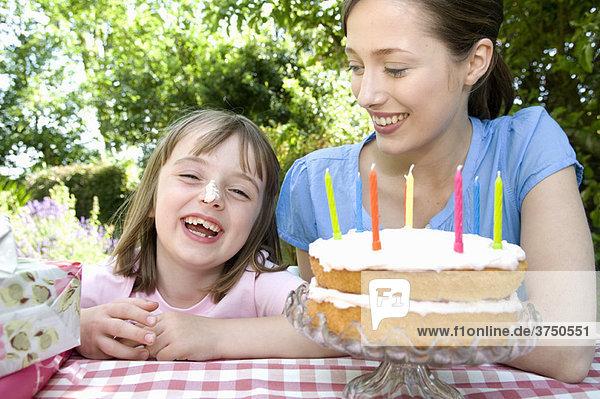 Glückliches kleines Mädchen bei der Geburtstagsfeier