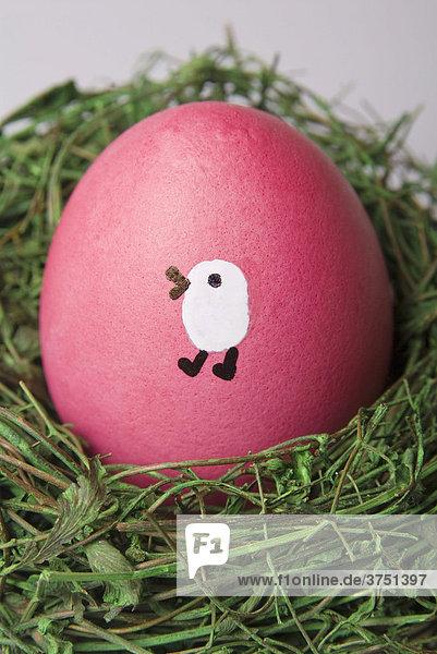 Bemaltes Osterei in einem Nest Bemaltes Osterei in einem Nest