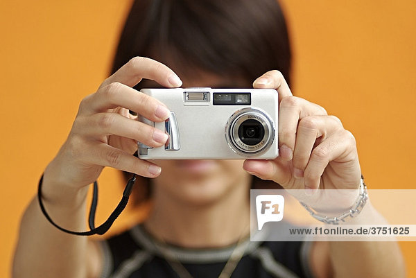 Frau mit einer Kamera macht einen Schnappschuss