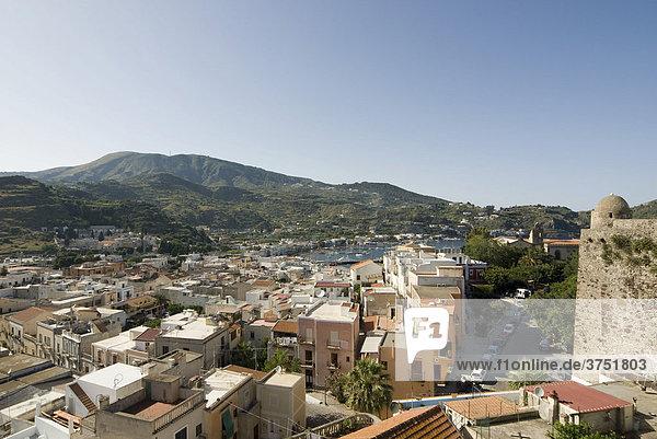 Insel Lipari  Blick über Hauptstadt Lipari  Liparische Inseln  Sizilien  Süditalien