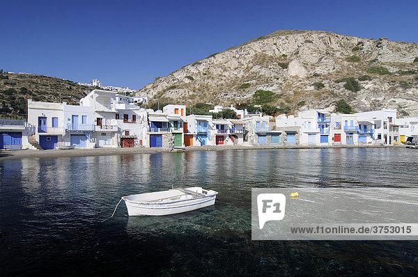 Bunte Fischerhäuser  Häuserfront im Fischerdorf Klima  vorne Meer und ein Fischerboot  Milos  Kykladen  Griechenland  Europa