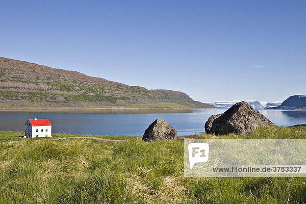 Einsames Haus in einem Fjord  Westfjorde  Island