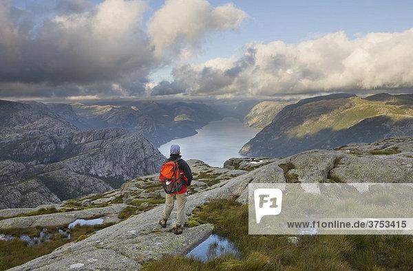 Wandererin blickt über den Lysefjord  Rogaland  Norwegen