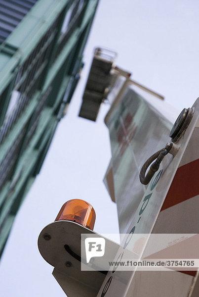 Fassadenreiniger bei der Arbeit an einer Glasfassade am Berliner Spreebogen  Berlin  Deutschland