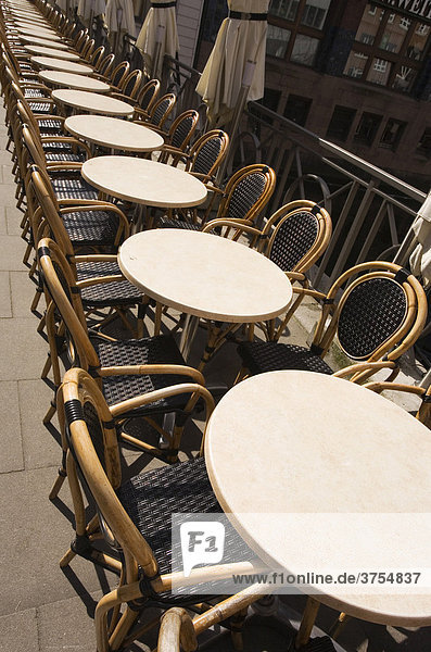 Leere Stühle und Tische in einem Lokal an der Alster in der Hamburger Innenstadt  Hamburg  Deutschland  Europa