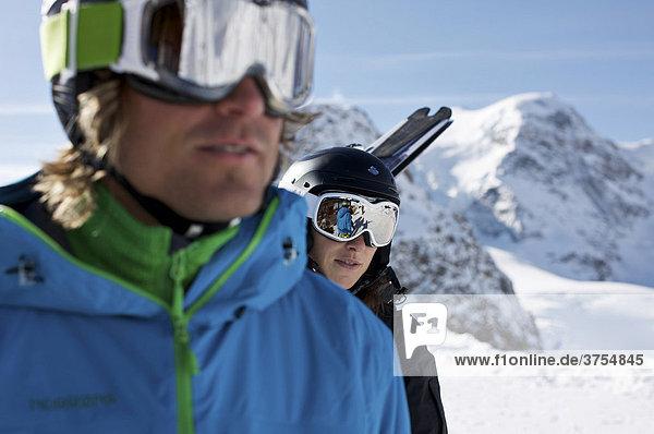 Zwei Skifahrer  Snowboardfahrer  Close up  Spiegelung  Skibrille  hinten Berge  St. Moritz  Diavolezza  Schweiz  Europa