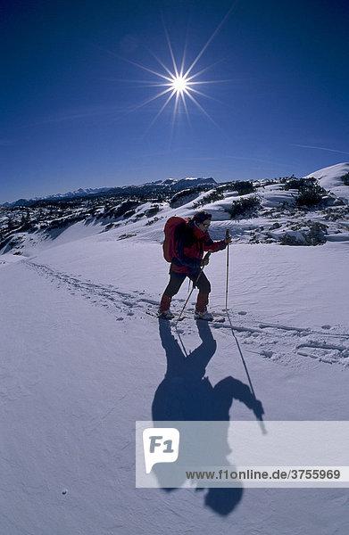 Schneeschuhgeherin im Aufstieg im Hirzkar  Dachstein-Gebiet  Steiermark  Österreich  Europa