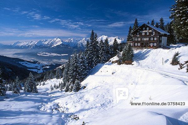 Alpengasthof Loas  dahinter Inntal und Karwendelgebirge  Schwaz  Tirol  Österreich  Europa