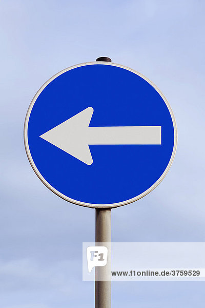 Traffic with an arrow pointing to the right - move to the political left  west