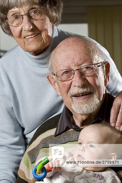 Glückliches Rentnerehepaar mit Enkelkind