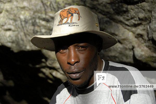 Portrait einheimischer Guide mit Hut Mount Kenia Nationalpark Kenia