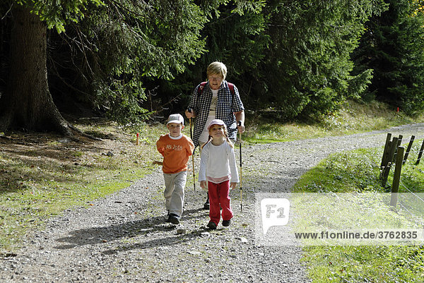 Familie mit Kindern beim Wandern