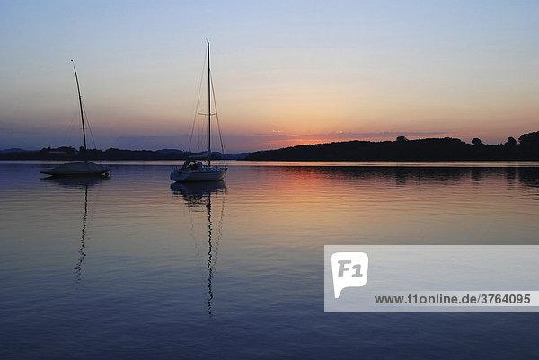 Sunset with sailing boats on lake Chiemsee  Chiemgau  Oberbayern  Bayern  Deutschland