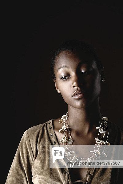 Junge dunkelhäutige Frau mit Halsschmuck