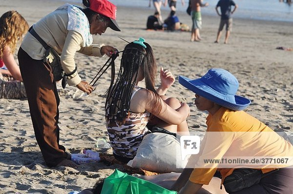 Kuta Beach (Bali  Indonesia): braid and massage services to tourists at the beach