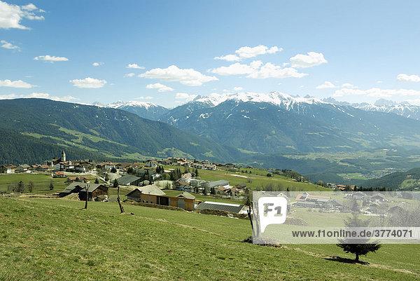 Dorf Meransen mit Blick auf die Dolomiten  Südtirol  Italien