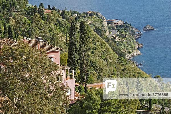 Steilküste Taormina ein beliebter Ferienort  Taormina  Sizilien  Italien