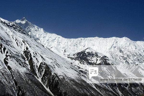 Eisbedeckter Gebirgszug Grand Barriere mit Gipfel Khangsar Kang Annapurna Region Nepal
