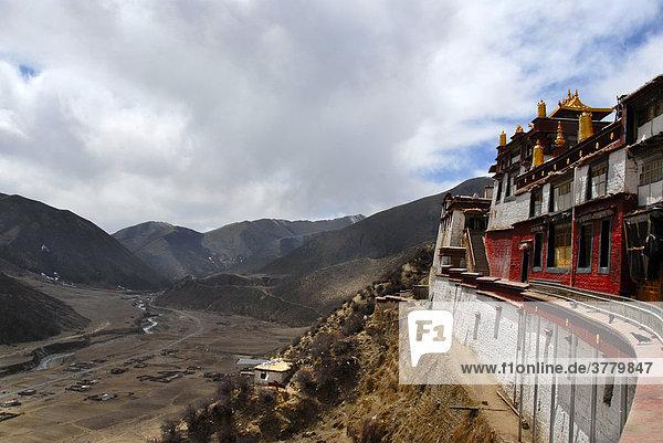 Tibetischer Buddhismus Kloser Drigung Til thront über dem Tal Tibet China