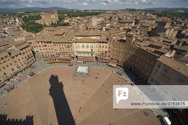 Blick vom Torre del Mangia auf die Piazza del Campo und Siena  Toskana  Italien