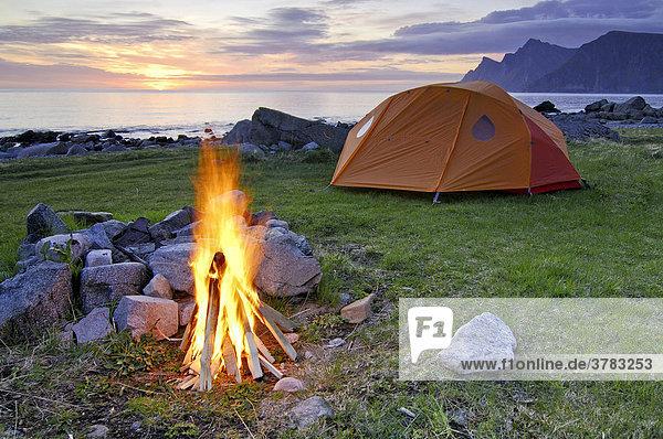 Lagerfeuer mit Zelt bei Mitternachtssonne  Austvagoy  Lofoten  Norwegen  Skandinavien  Europa
