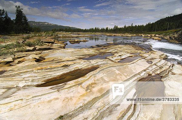 Ausgewaschene Felsformationen in einem Flußbett  Telemark  Norwegen  Skandinavien  Europa