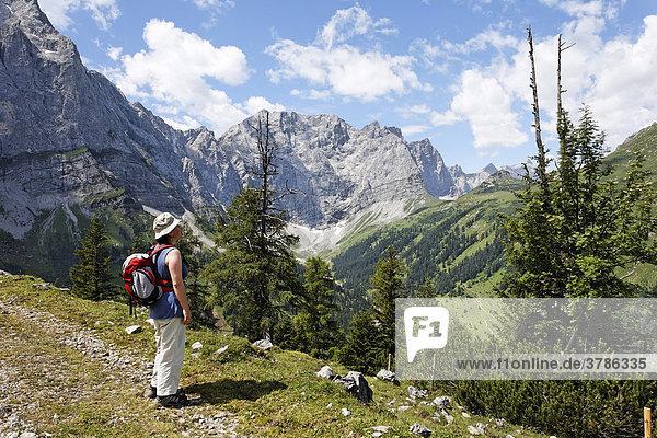 Blick auf Grubenkarspitze und Dreizinkenspitze  Engtal  Karwendel-Gebirge  Tirol  Österreich