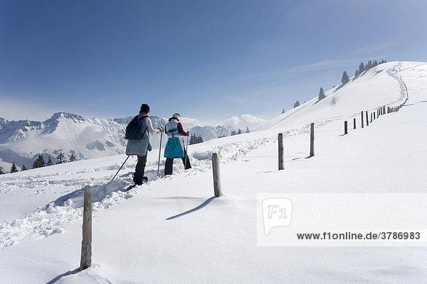 Mutter und Tochter beim Schneeschuhgehen im Schwarzseegebiet  Sensebezirk  Kanton Freiburg  Schweiz Mutter und Tochter
