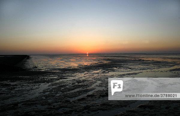 Sonnenuntergang über dem Wattenmeer  Nordsee  Ostfriesland  NiedersachsenDeutschland